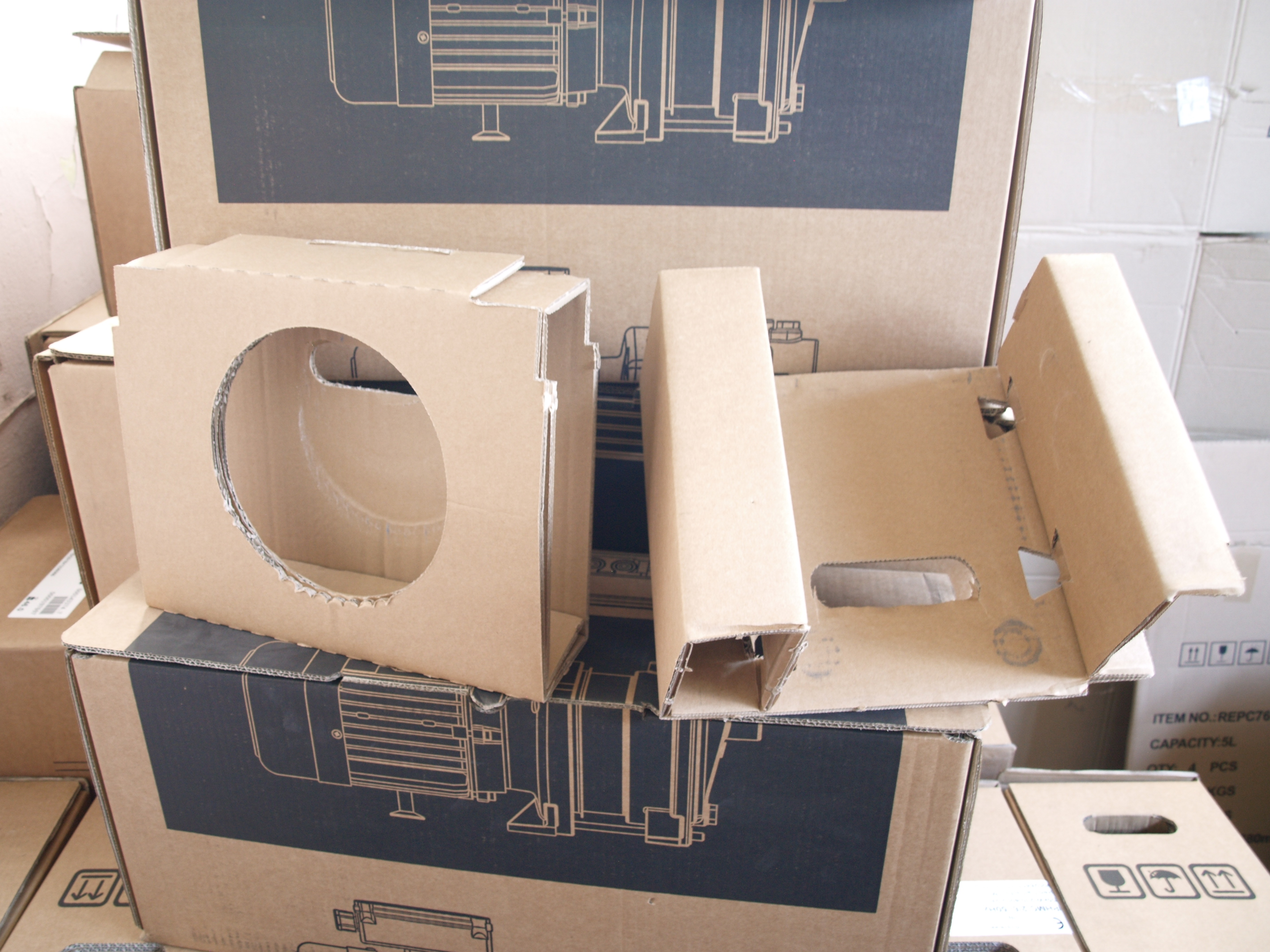 Картонні блоки для закріплення виробу в коробці замість пінопласту.