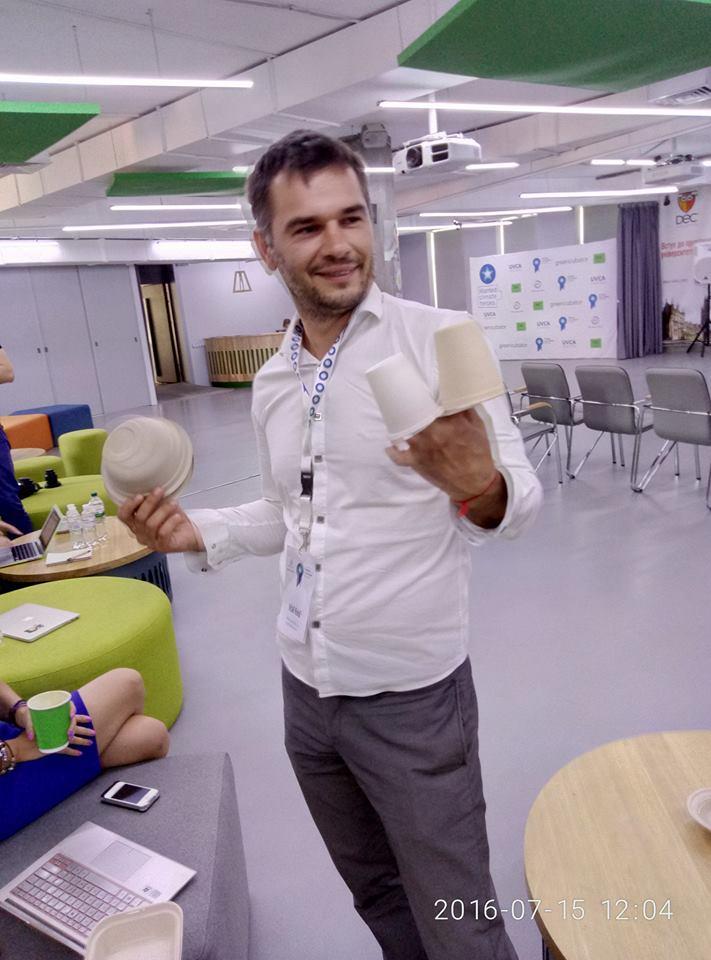 Віталій Коваль зі своїм дітищем на руках =) Фото: Greencubator